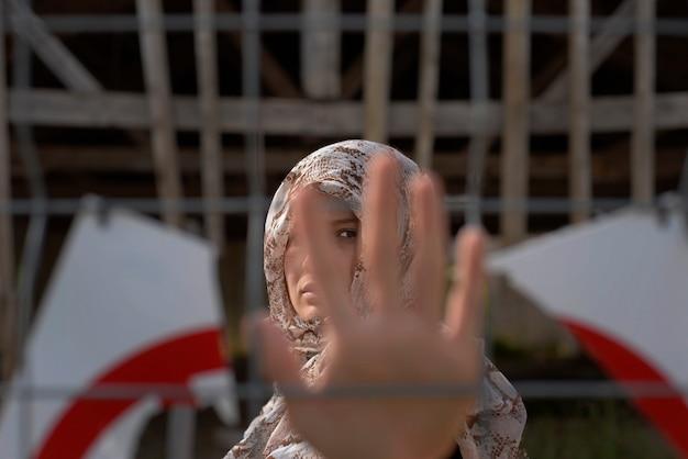 難民女性の手の拡大図。