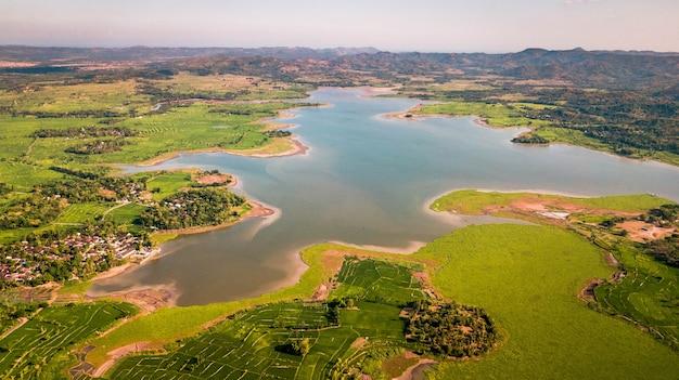 Вид на озеро и рисовые поля на острове ломбок