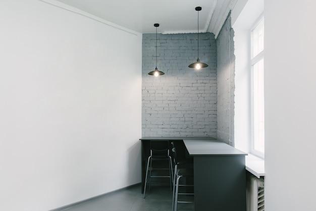 近代的なオフィスインテリアの一部。明るくモダンなインテリア