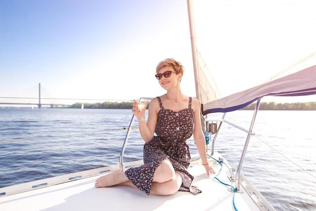 Портрет женщины улыбается женщина в очках, отдыхая на яхте