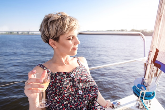 Красивая женщина в платье отдыхает на море