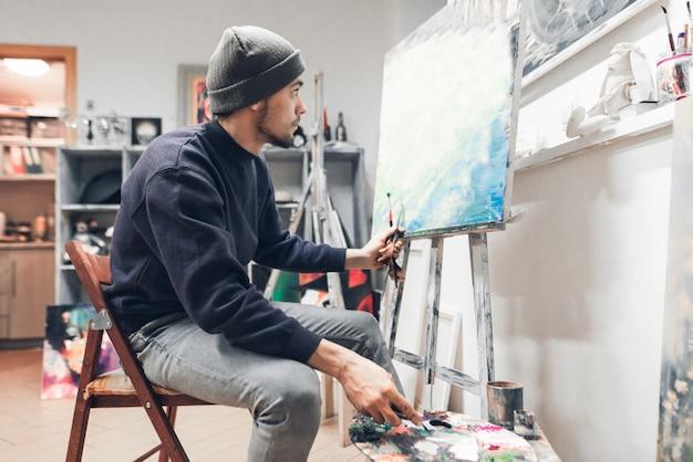 Человек учится рисовать