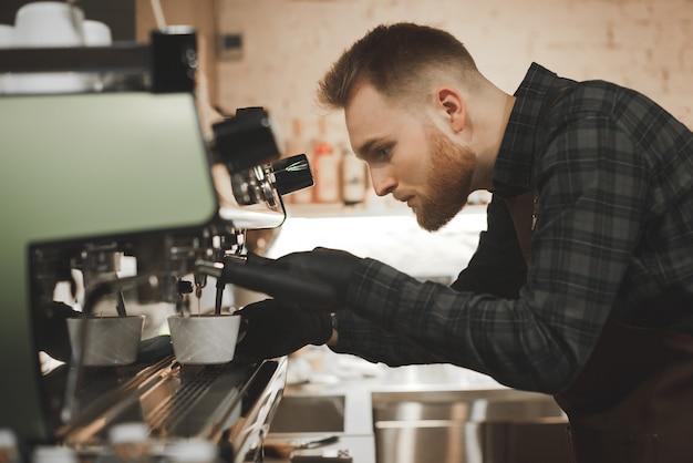 Процесс приготовления кофе на профессиональной кофемашине в кафе,
