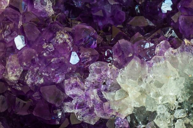 Закройте кристалл аметиста