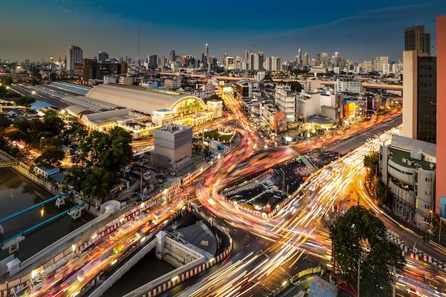 トワイライトでバンコク鉄道駅の近くの街並みと交通