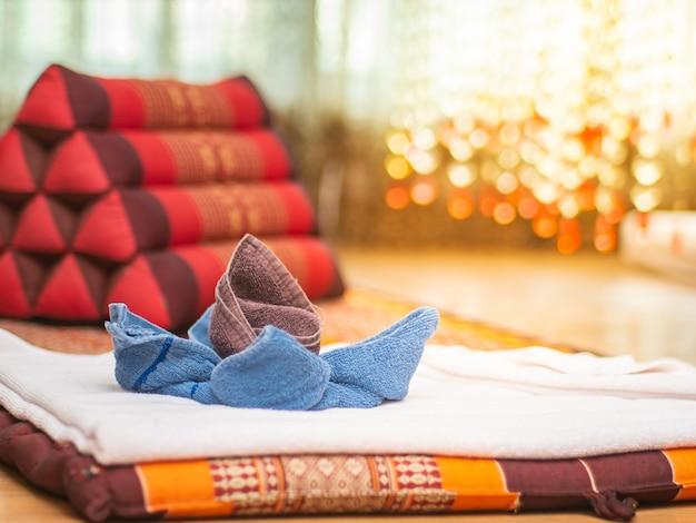 ビンテージマッサージルームで三角の枕と花の形に折り畳まれた生地。