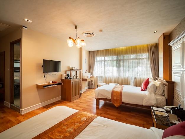 Роскошный номер с кроватью в теплом свете, в классическом европейском стиле.