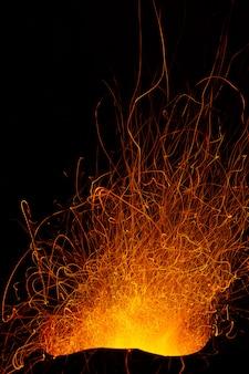 燃える炭の火花。