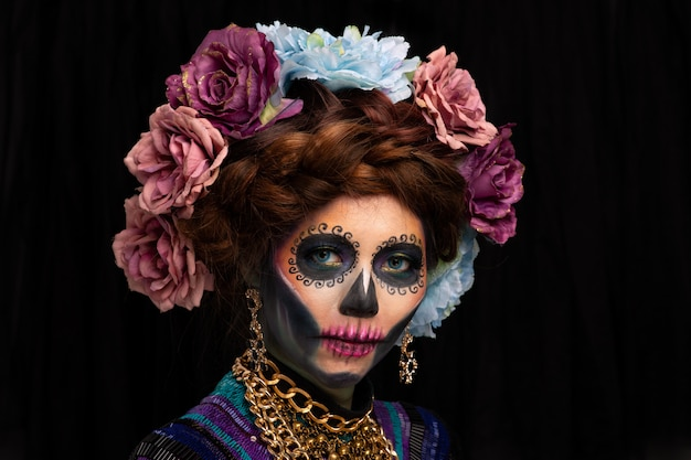 花の冠をまとった砂糖の頭蓋骨の化粧を持つ女性のポートレート、クローズアップ