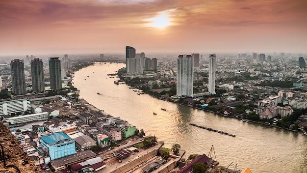 Вид на город бангкок с современными зданиями