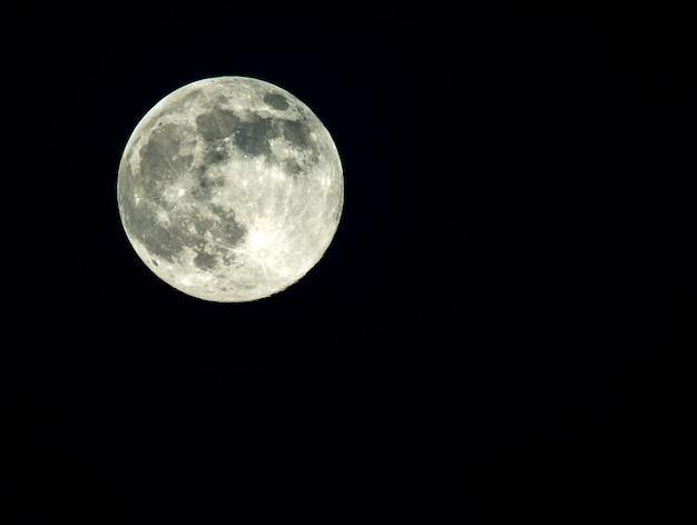 Полная луна на темном небе