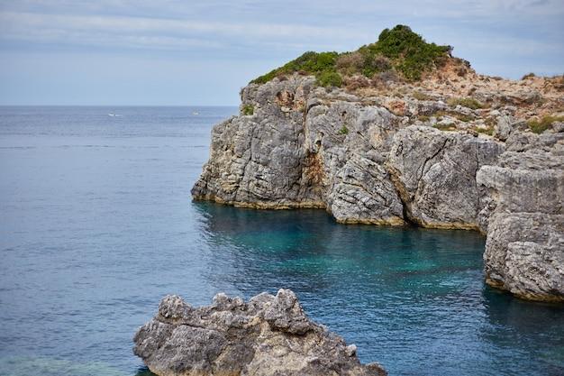 Красивый пейзаж скалистой горы и синего моря