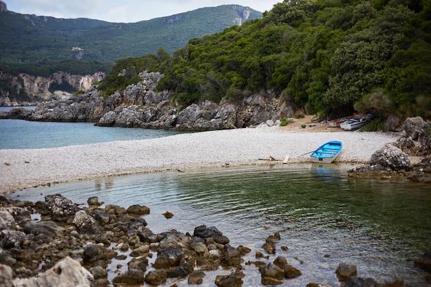 Голубая лодка на берегу моря