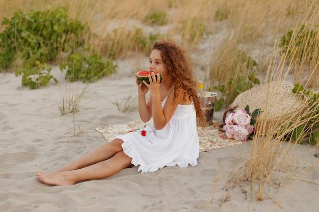 赤いスイカを食べて元気な女の子