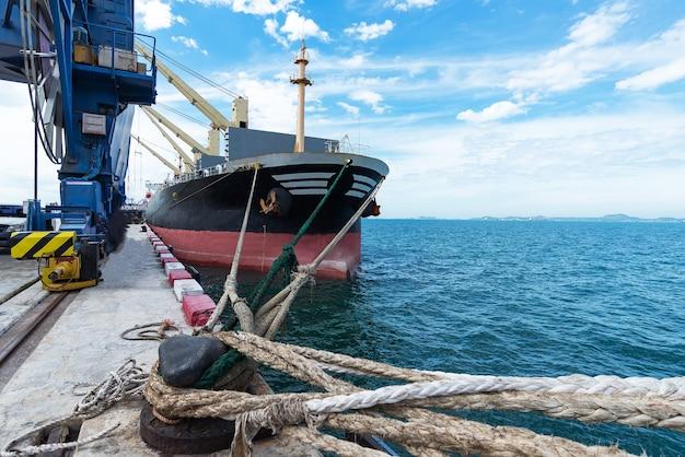 コンテナ船の商業船とコンテナの積み込みと排出のための港