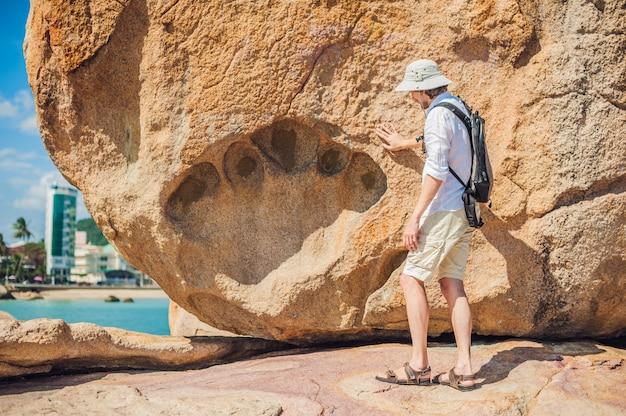 ホンチョン岬、ガーデンストーン、ニャチャンで人気のある観光地の男性旅行者。ベトナム