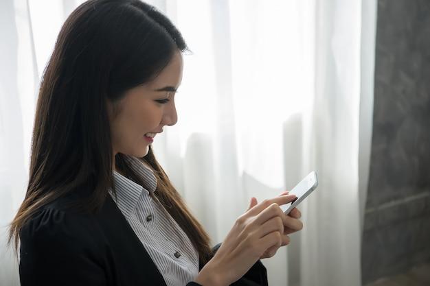 Молодая женщина с кредитной карты покупки онлайн с портативного компьютера.