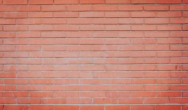 スポット照明でレンガの壁