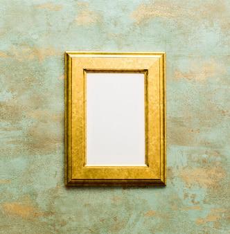Золотая деревянная рамка, изолированные на окисленном фоне