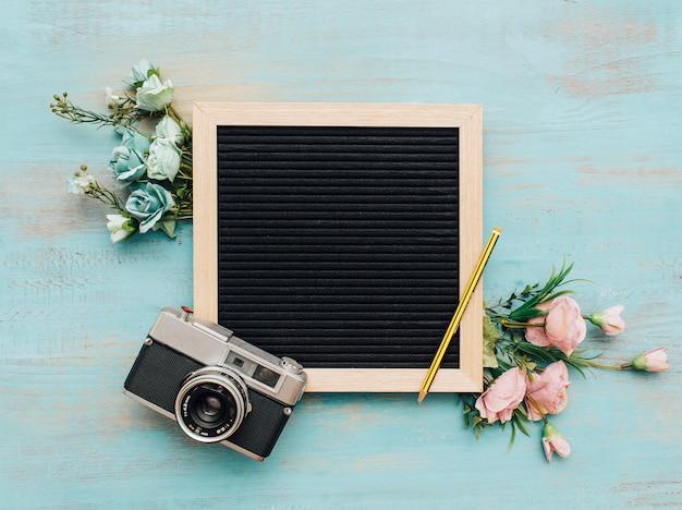 ヴィンテージカメラとスレートの美しい花束。