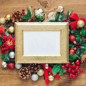 クリスマスのフォトフレームは、木製のテーブルに装飾とテンプレートをモックアップ。