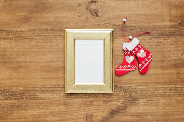 モックアップのためのフレーム付きのクリスマスソックスの装飾品