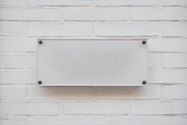 ビジネスのロゴの白い空のプラカード