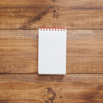 素朴な木製の背景に学校のノート