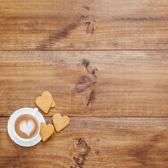コーヒーとクッキーを備えたテーブルでの朝食