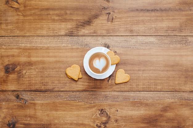 中央のコーヒーとクッキーで朝食