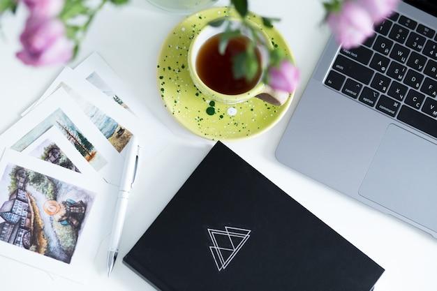 オフィスデスクテーブル用品。フリーランスの職場とオブジェクト。