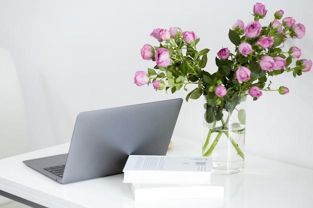 ラップトップおよび事務用品、フリーランスのモダンな白いオフィスデスクテーブル