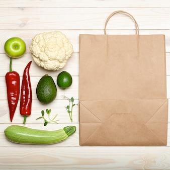 食料品の袋、白い背景の上に新鮮な野菜
