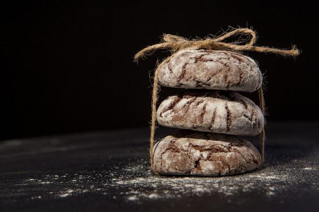 黒の背景、甘いデザートにチョコレートチップクッキー