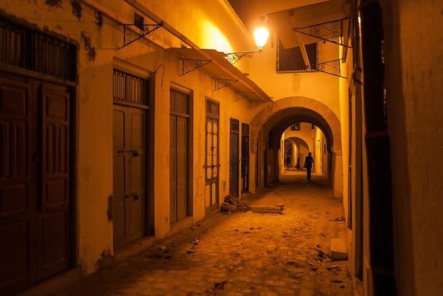 チュニジアアフリカの暗い路地