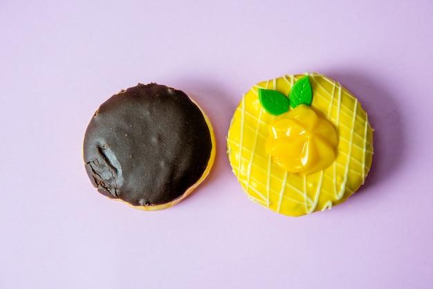 ドーナツチョコレートとマンゴー、黄色のマンゴー。チョコレートで覆い、ドーナツを振りかける。ラ