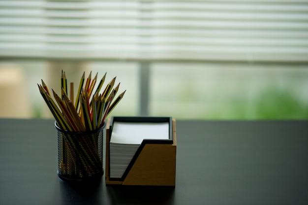 Карандаш и заметка. размещенные на столе администратора. размещено в окне