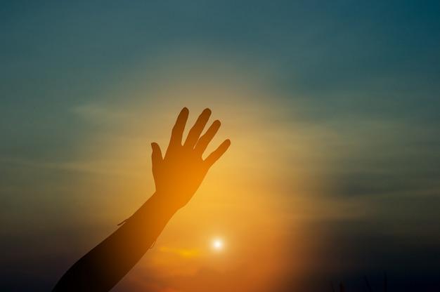 隅に手と影