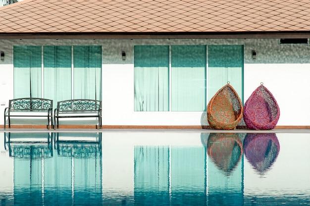 Голубой плавательный бассейн готов играть горячо для тех, кто любит играть с копией пространства.