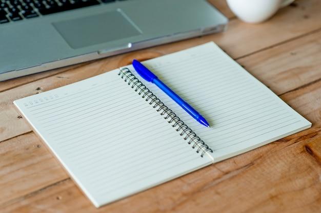 ビジネスコンピュータと机の上のメモが付いている机。コピースペースのビジネスコンセプト。