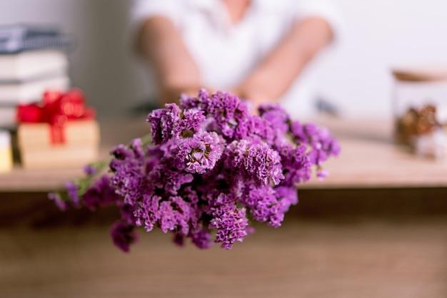 手と紫の花コピースペースのあるクリエイティブなアイデア