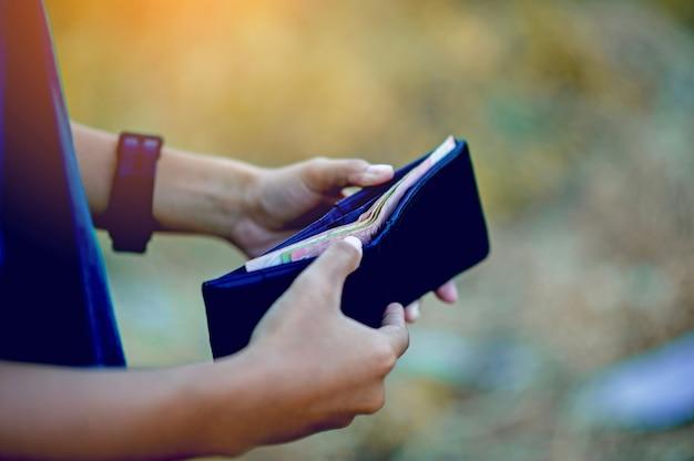 金融ビジネスマンの手と財布のイメージコピースペースを持つ成功した金融の概念