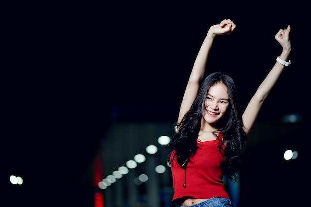 夜の赤いドレスのように美しい少女の写真撮影