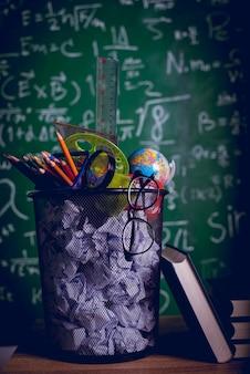 教育機器、ボード、書籍教育コンセプトコピースペース付き