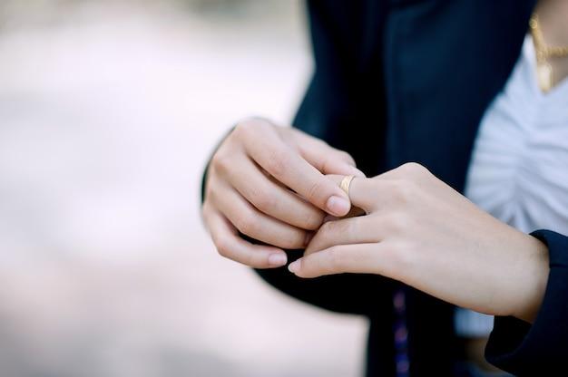 手と若い女性の指輪
