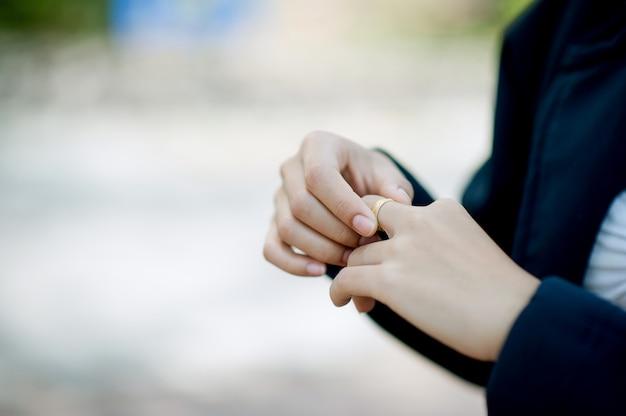 愛を持つ若い女性の手と指輪彼女の愛の概念