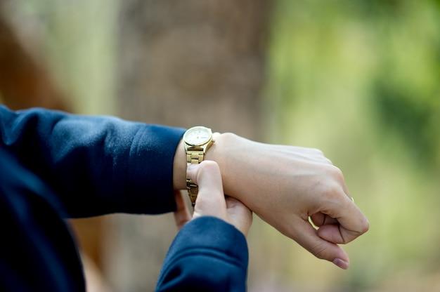 手と腕時計着用時間表示コンセプトコピースペース付き