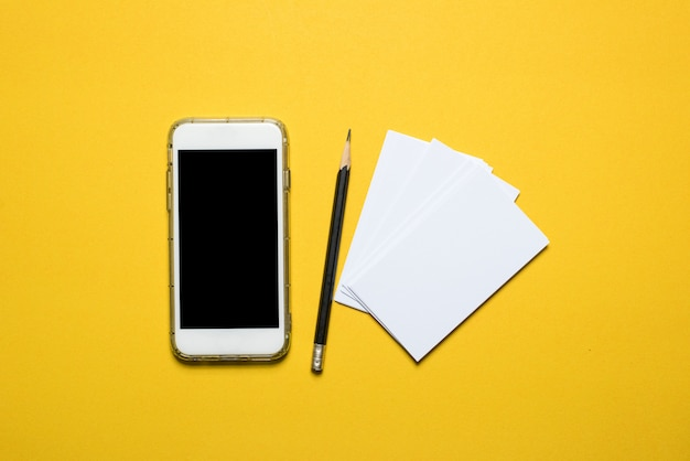 電話、黄色の背景に配置された通信機器技術コンセプトコピースペース