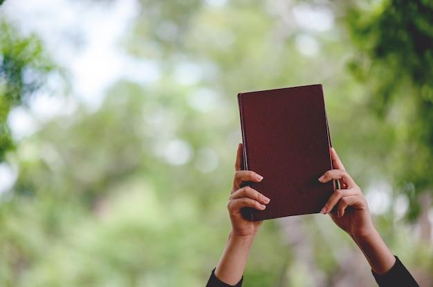 手の写真や書籍教育コンセプトコピースペース