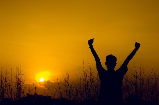 Силуэты сили показывают радость. и успешные концепции силуэта